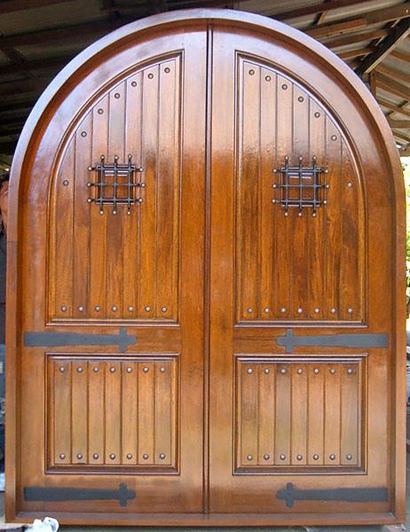 входная арочная дверь из массива